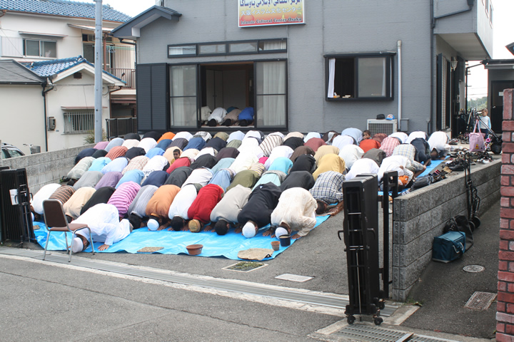 Mosque of Osaka overflowing with Muslim asslifters