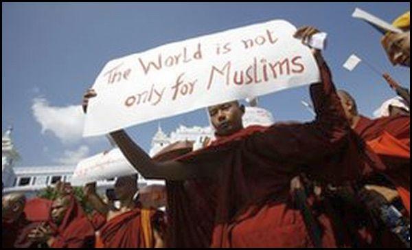 Monjes budistas protestan presencia de musulmanes violentos en Myanmar que violan a sus mujeres y matar a sus monjes