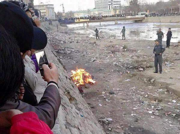 Los transeúntes tomar video de la mujer en llamas