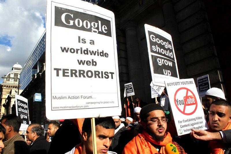 """Londres, Reino Unido.  14 de octubre 2012 - Los musulmanes piden a Google que retire la película """"La inocencia de los musulmanes"""" de YouTube demostrar fuera de la sede actual de Google en Victoria, Londres.  - Los musulmanes piden a Google que retire la película """"La inocencia de los musulmanes"""" de YouTube, demuestran fuera de la sede actual de Google en Victoria, Londres."""