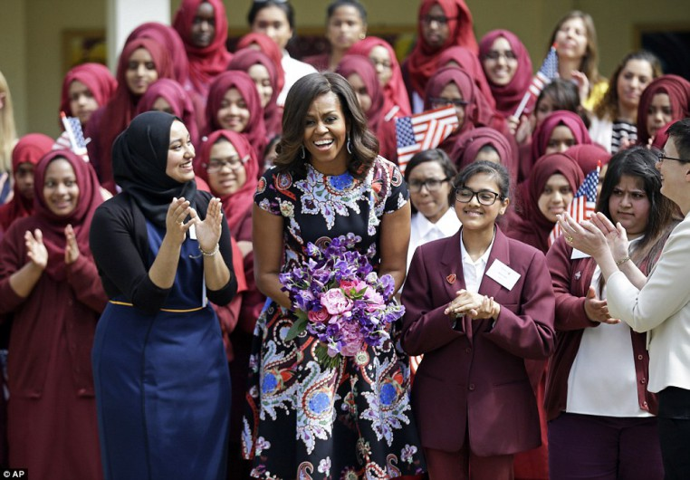 29A959A500000578-3126114-Smiles_Michelle_Obama_has_met_with_pupils_at_a_girls_school_in_e-a-1_1434449345772