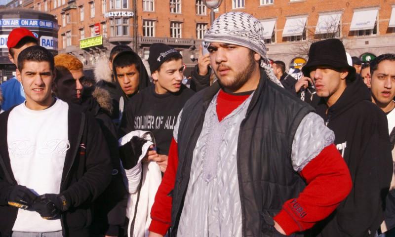 Manifestantes musulmanes descontentos se reúnen en la plaza del Ayuntamiento en Copenhague, Dinamarca
