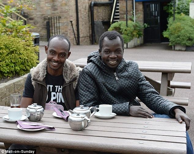 Invasores musulmanes extranjeros ilegales viviendo en el estilo en el Reino Unido