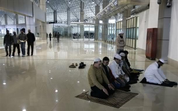 srinagar_airport_praying