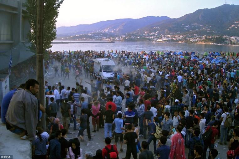 Los musulmanes comienzan un motín en cuanto aterrizan en Lesbos