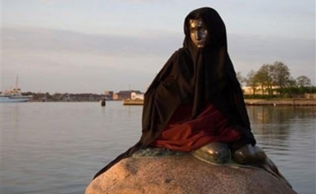 Símbolo famoso de Dinamarca lleva un headbag musulmana