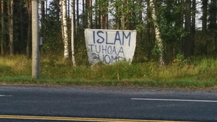 """Banner dice que """"el Islam es la destrucción de Finlandia"""""""