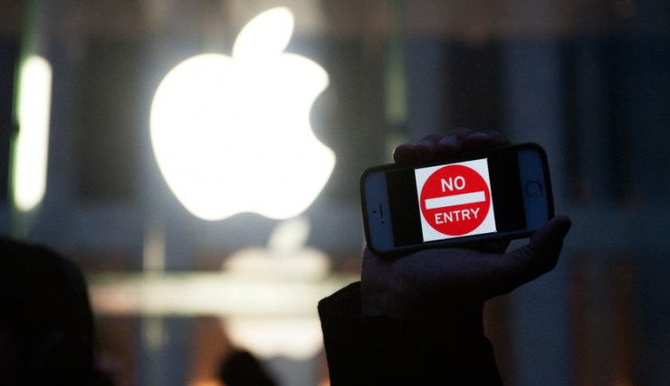 Supporters Rally At Apple Stores Against Government Interference Into iPhones