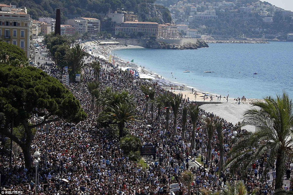 3661ABE700000578-3695475-Massive_crowds_gather_on_the_Promenade_des_Anglais_during_a_minu-a-79_1468839525275
