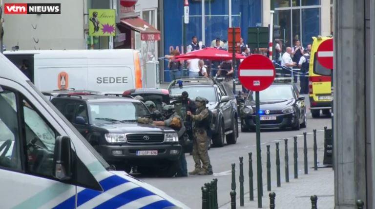 """Las fuerzas de seguridad fuertemente armados forman a sus fusiles sobre el sospechoso para que puedan responder a los informes de un hombre """"sospechosos"""" en un largo abrigo de invierno con los alambres que sobresalen"""