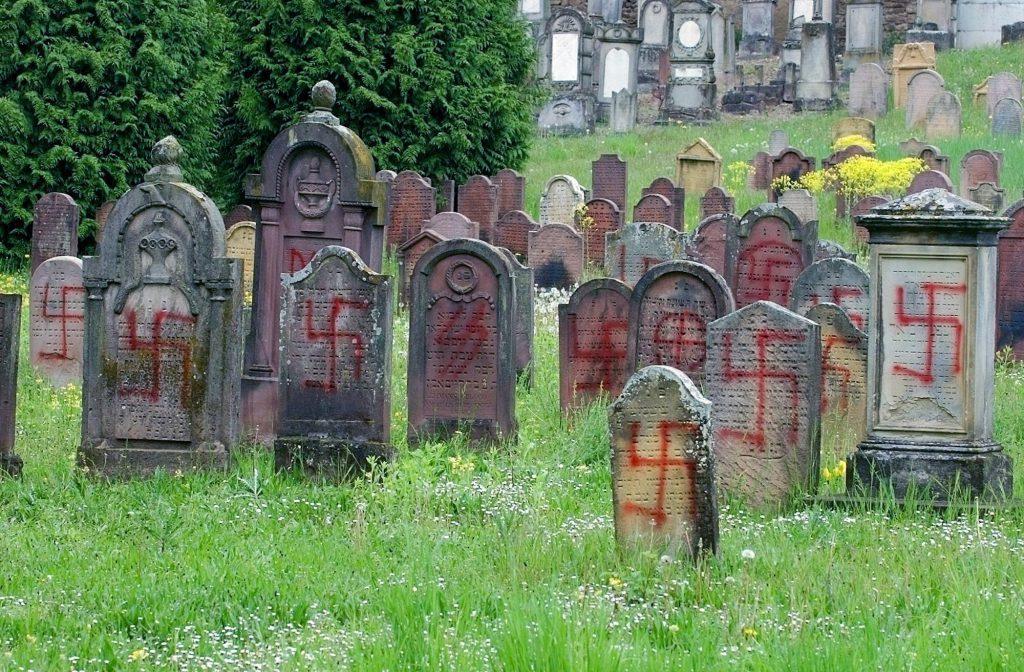Esvásticas y otros símbolos nazis se ven en lápidas en un cementerio judío en Herrlisheim, este de Francia