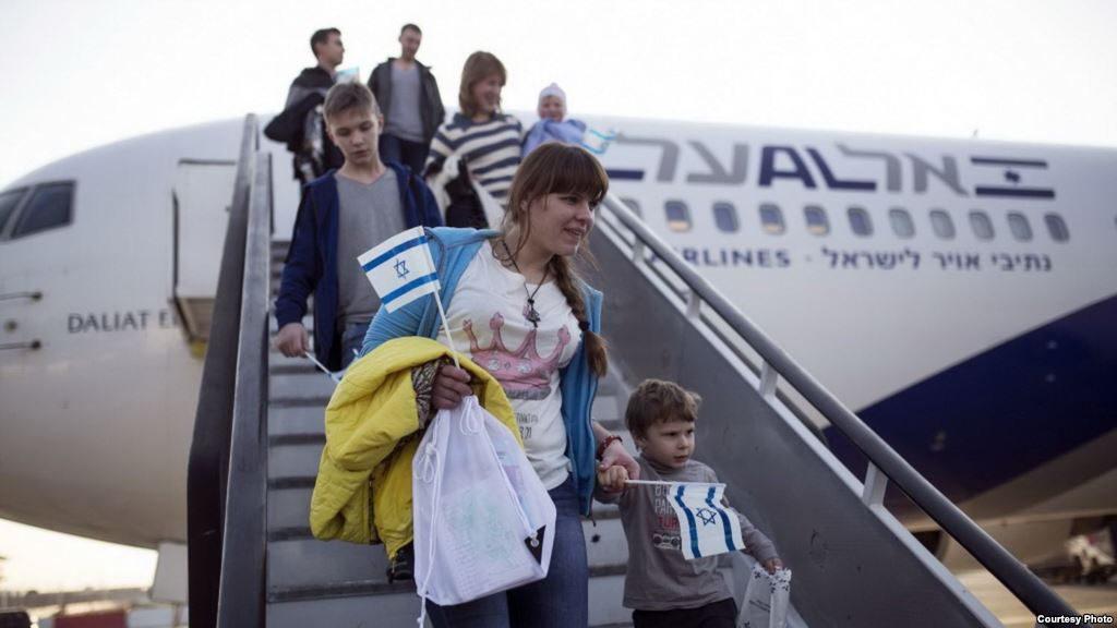 Miles de Judios huyen ahora Francia y emigrar a Israel