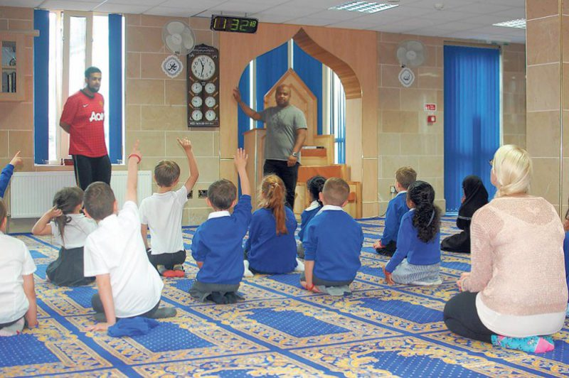 neeli-mosque-opens-its-doors-to-rochdale-primary-schools-e1430553628592