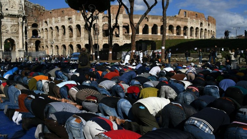 Thousands of Muslims gathered to lift their asses to Allah, in a desecration of the Coliseum in Rome in protest after the government shut down hundreds of illegal mosques