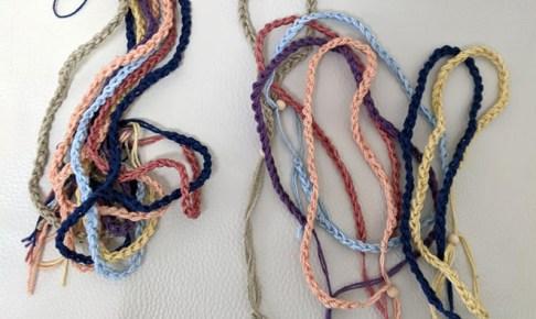 草木染めの編み紐制作中