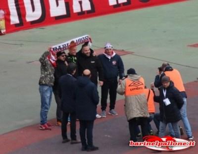 Marino Defendi festeggiato dai tifosi del Bari prima della gara