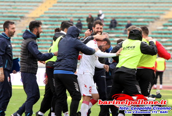 Floro Flores festeggiato dai compagni della panchina dopo il gol contro l'Ascoli