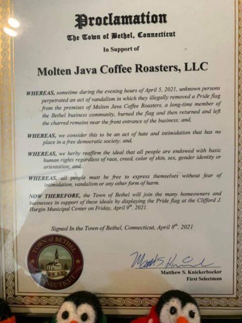Una empresa proclama un colgante anual de la bandera para honrar el incidente en Molten Java.