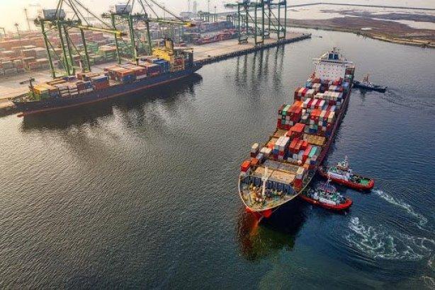 Una bahía con dos barcos de transporte fotografiados durante el día.