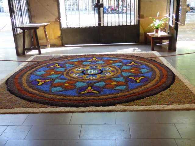 Alfombra al completo en la entrada de Sant Ramon de Penyafort