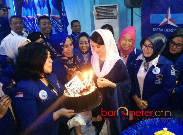 KEJUTAN ULTAH: Arumi Bachsin mendapat kejutan kue Ultah saat acara syukuran nomor urut peserta Pemilu 2019 di kantor DPD Demokrat Jatim, Surabaya, Senin (19/2). | Foto: Barometerjatim.com/ABDILLAH HR