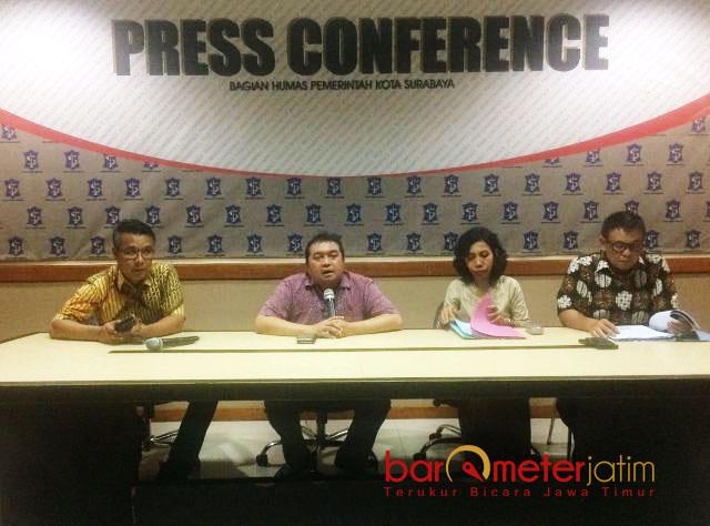 MINTA MAAF: Irvan Widyanto (kanan) minta maaf kepada seluruh warga Surabaya atas tindakannya yang bikin malu institusi. | Foto: Barometerjatim.com/NANTHA LINTANG