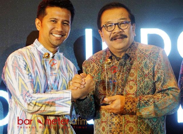 SARAT PRESTASI: Emil Dardak (kiri) dan Pakde Karwo, dua kepala daerah sarat prestasi dalam memajukan Jawa Timur. | Foto: Barometerjatim.com/SYAIFUL KHUSNAN