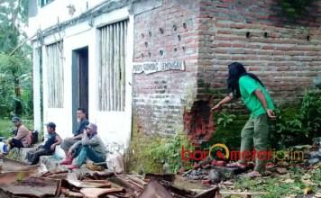 DIRUSAK: Posko konservasi di Gunung Lemongan dirusak, Selasa (13/3). Polisi diminta bertindak menangkap dan menghukum pelaku. | Foto: Barometerjatim.com/ROY HASIBUAN