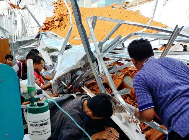PASIEN TERJEPIT RERUNTUHAN: Sejumlah pasien terjepit di reruntuhan material bangunan ruang saraf RSAL Dr Ramelan Surabaya yang ambruk, Minggu (18/3). | Foto: Ist