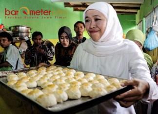 KAMPUNG PIA: Cagub membawa pia yang siap dikonsumsi dalam blusukannya di Kampung Pia, Waru Rejo Gempol, Pasuruan, Jumat (20/4). | Foto: Barometerjatim.com/MARIJAN AP