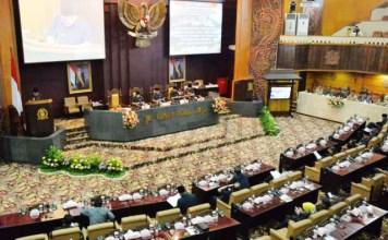 PARIPURNA LKPJ 2017: Gubernur Soekarwo menyampaikan Nota Penjelasan LKPJ 2017 dalam Sidang Paripurna di Gedung DPRD Jatim, Surabaya, Senin (2/4).   Foto: Barometerjatim.com/ROY HASIBUAN