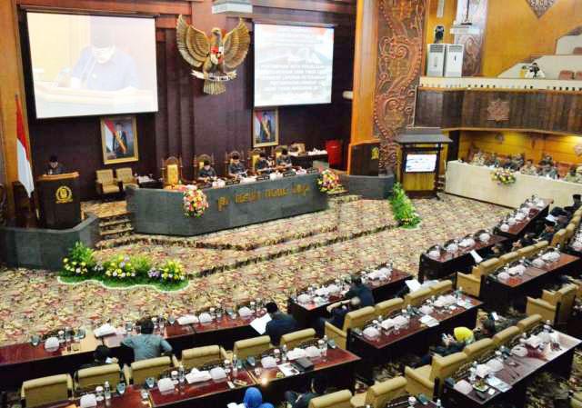 PARIPURNA LKPJ 2017: Gubernur Soekarwo menyampaikan Nota Penjelasan LKPJ 2017 dalam Sidang Paripurna di Gedung DPRD Jatim, Surabaya, Senin (2/4). | Foto: Barometerjatim.com/ROY HASIBUAN