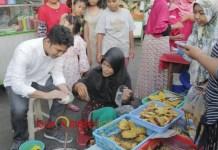 EMIL NGABUBURIT: Cawagub Emil Dardak ngabuburit di pasar kaget Karang Menjangan, Surabaya, Rabu (23/5) sore. | Foto: Barometerjatim.com/ROY HASIBUAN