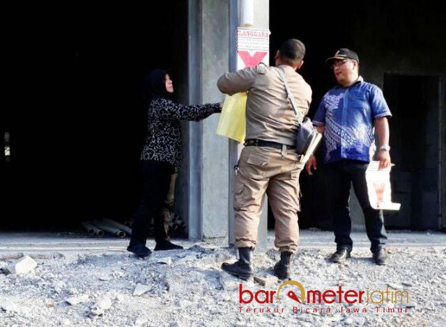 LAHAN SENGKETA DISEGEL: Petugas Satpol PP menyegel lahan sengketa di Jalan HR Muhammad 45, Surabaya, Kamis (3/5). | Foto: Barometerjatim.com/ABDILLAH HR