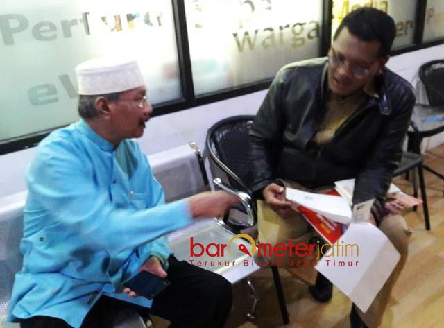'DEMO' KE PEMKOT SURABAYA: Cak Anam (kiri) saat diterima pegawai Pemkot Surabaya. Berbulan-bulan surat permohonan ke Risma tak digubris.   Ilustrasi: Barometerjatim.com/ROY HASIBUAN