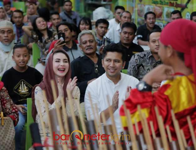 KOMUNITAS BUDAYAWAN: Emil Dardak ditemani istrinya, Arumi Bachsin menghadiri kegiatan buka bersama dengan komunitas Budayawa Jatim di Surabaya, Kamis (7/6).   Foto: Barometerjatim.com/ROY HASIBUAN