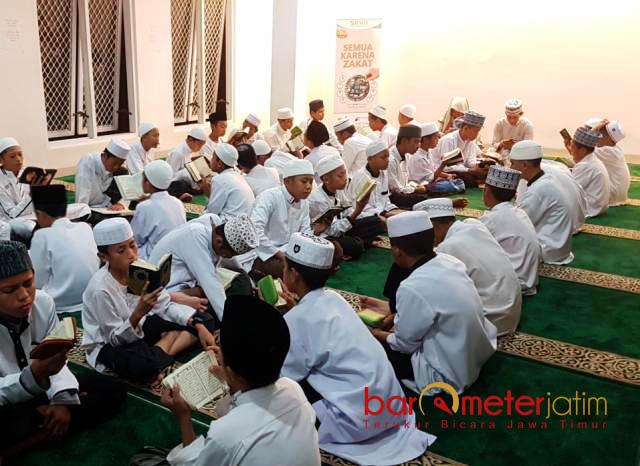 MENGHIDUPKAN MALAM RAMADHAN: Kegiatan tahfidz di Ponpes Tahfidz Darul Hijrah Surabaya, Jumat (1/6) malam.   Foto: Barometerjatim.com/ABDILLAH HR