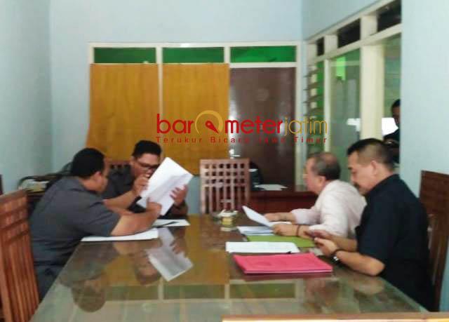 MENGADU KE PANWASLU: Tak terima dicoret KPU Sidoarjo, dua Bacaleg eks napi korupsi mendatangi kantor Panwaslu Sidoarjo, Selasa (24/7). | Foto: Barometerjatim.com/ABDILLAH HR
