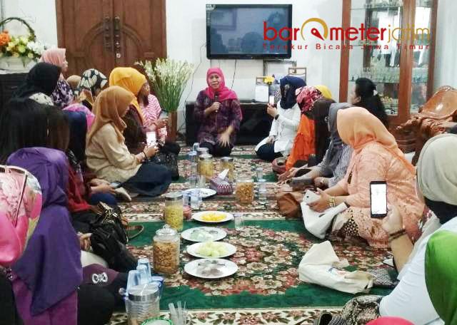 BERGURU POLITIK: Gubernur terpilih, Khofifah memberi arahan puluhan Bacaleg perempuan yang sowan ke Jemursari, Surabaya, Senin (30/7) siang. | Foto: Barometerjatim.com/ROY HASIBUAN