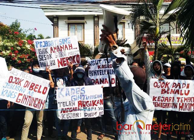 UNJUK RASA DANA DESA: Warga Desa Gintungan, Kecamatan Kembangbahu, Lamongan, berunjuk rasa di kantor Kejari Lamongan, Senin (30/7). | Foto: Barometerjatim.com/HAMIM ANWAR