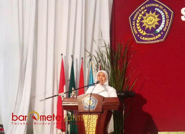 MOTIVASI WISUDAWAN: Gubernur Jatim terpilih, Khofifah menghadiri acara wisuda STIE KH Ahmad Dahlan Lamongan, Rabu (25/7). | Foto: Barometerjatim.com/HAMIM ANWAR
