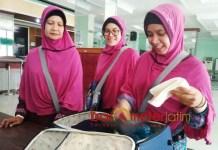 JAMAAH CALON HAJI TERMUDA: Ana Farah Diba (kanan), JCH termuda di Asrama Haji Embarkasi Surabaya (AHES) Sukolilo.   Foto: Barometerjatim.com/NANTHA LINTANG