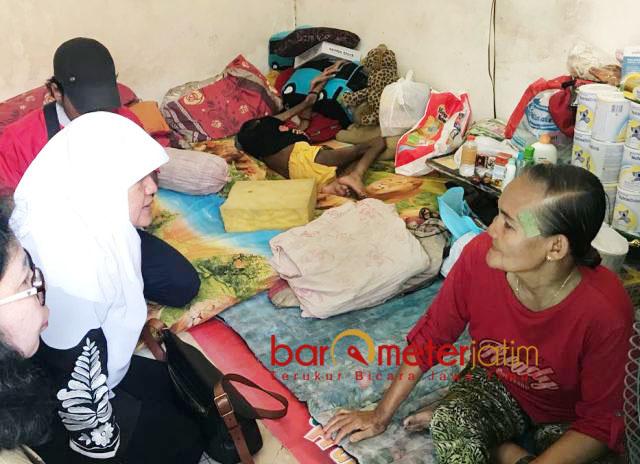 GIZI BURUK DI SURABAYA: Anggota Komisi D DPRD Surabaya, Reni Astuti (berjilbab) saat mengunjungi ASN di Kedung Baruk, Surabaya. | Foto: Barometerjatim.com/NANTHA LINTANG