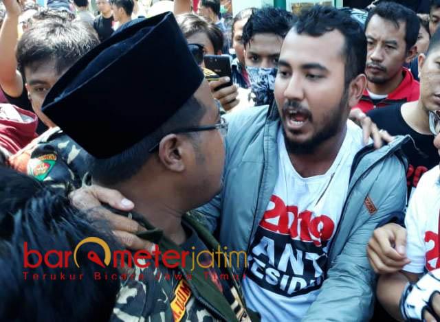 BENTROK DI AREA MASJID: Anggota Banser bentrok dengan massa #2019GantiPresiden di Masjid Kemayoran Surabaya, Minggu (26/8). | Foto: Barometerjatim.com/ABDILLAH HR