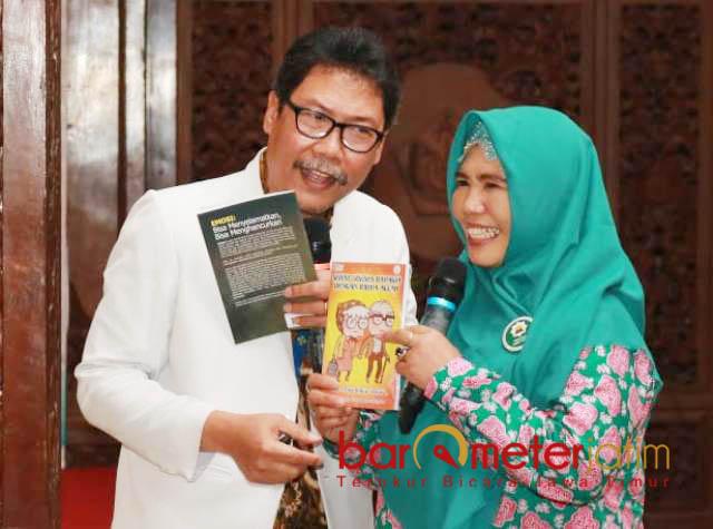 SENYUM DAN IKHLAS: Agus Ali Fauzi mengajak peserta ceramah dan dialog kesehatan untuk membiasakan senyum dan ikhlas.   Foto: Barometerjatim.com/HAMIM ANWAR