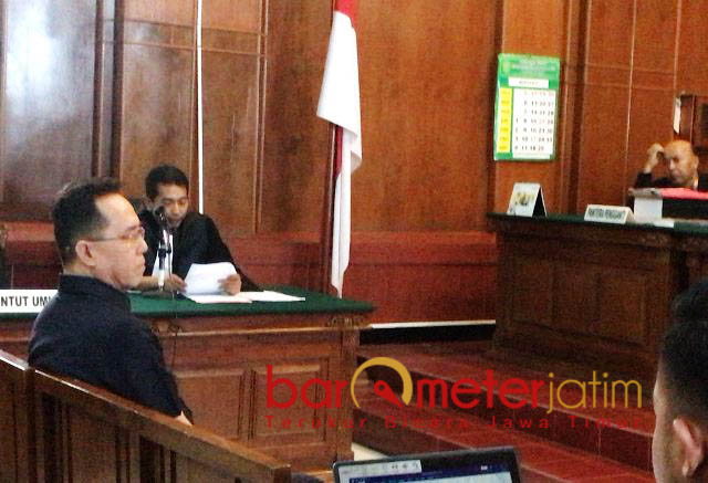 HENRY KEMBALI DIADILI: Henry Gunawan kembali diadili di PN Surabaya terkait perkara Pasar Turi, Kamis (30/8). | Foto: Barometerjatim.com/NANTHA LINTANG