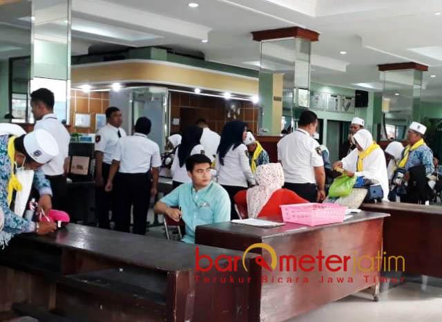 UBAH SISTEM LAYANAN: Layanan oemeriksaan JCH di embarkasi di Surabaya lebih cepat, membuat jamaah tak lagi kehausan. | Foto: Barometerjatim.com/NANTHA LINTANG