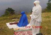 SHALAT DI PERBUKITAN: Khofifah Indar Parawansa melaksanakan shalat di sela kunjungannya ke Malang, beberapa waktu lalu.   Foto: Barometerjatim.com/DOK