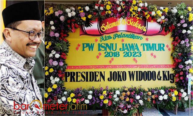 KIRIMAN UCAPAN DARI PRESIDEN: Prof Mas'ud Said (kiri) dan kiriman bunga ucapan selamat dari Presiden Jokowi. | Foto: Barometerjatim.com/ROY HASIBUAN