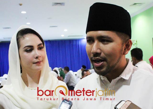 TAMPIL SEDIKIT BREWOK: Didampingi Arumi Bachsin, Emil Dardak tampil sedikit brewok sepulang dari menunaikan ibadah haji. | Foto: Barometerjatim.com/ABDILLAH HR